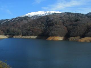 有峰湖と薬師岳.JPG
